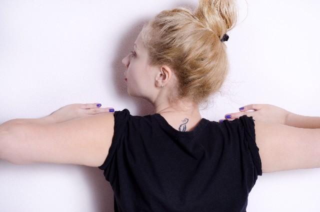 壁腕立てをする女性