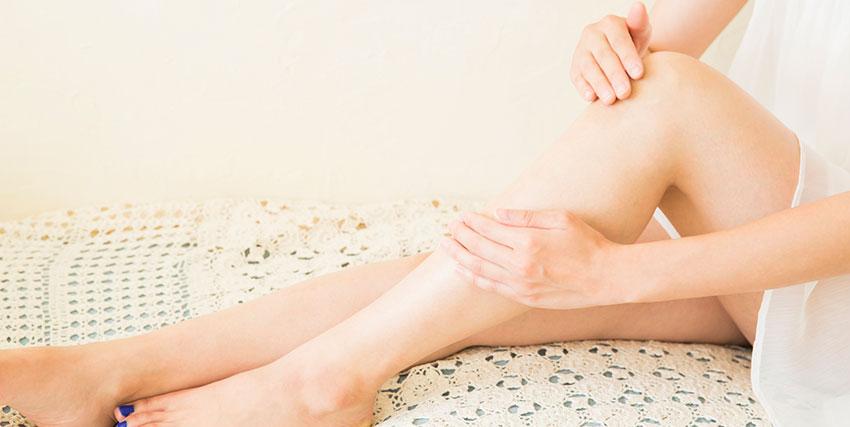 脚痩せマッサージをする女性