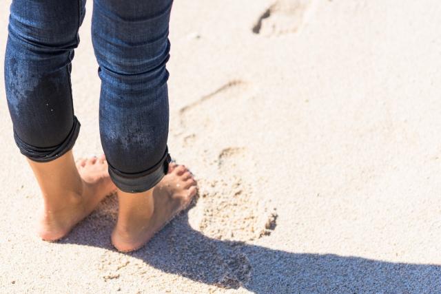 砂浜に立つ脚