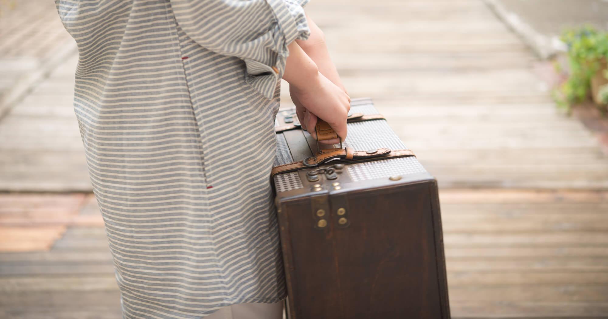 荷物をもつ女性
