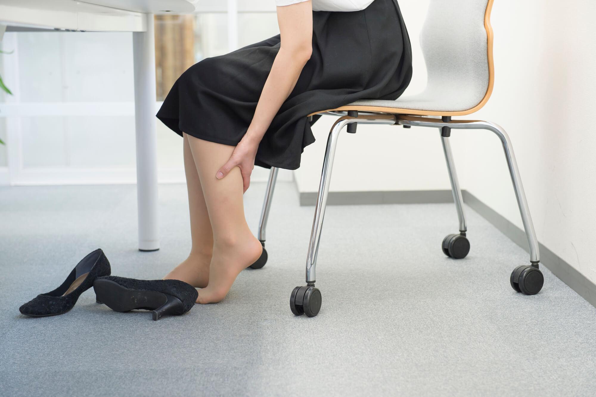 脚のむくみを気にする女性