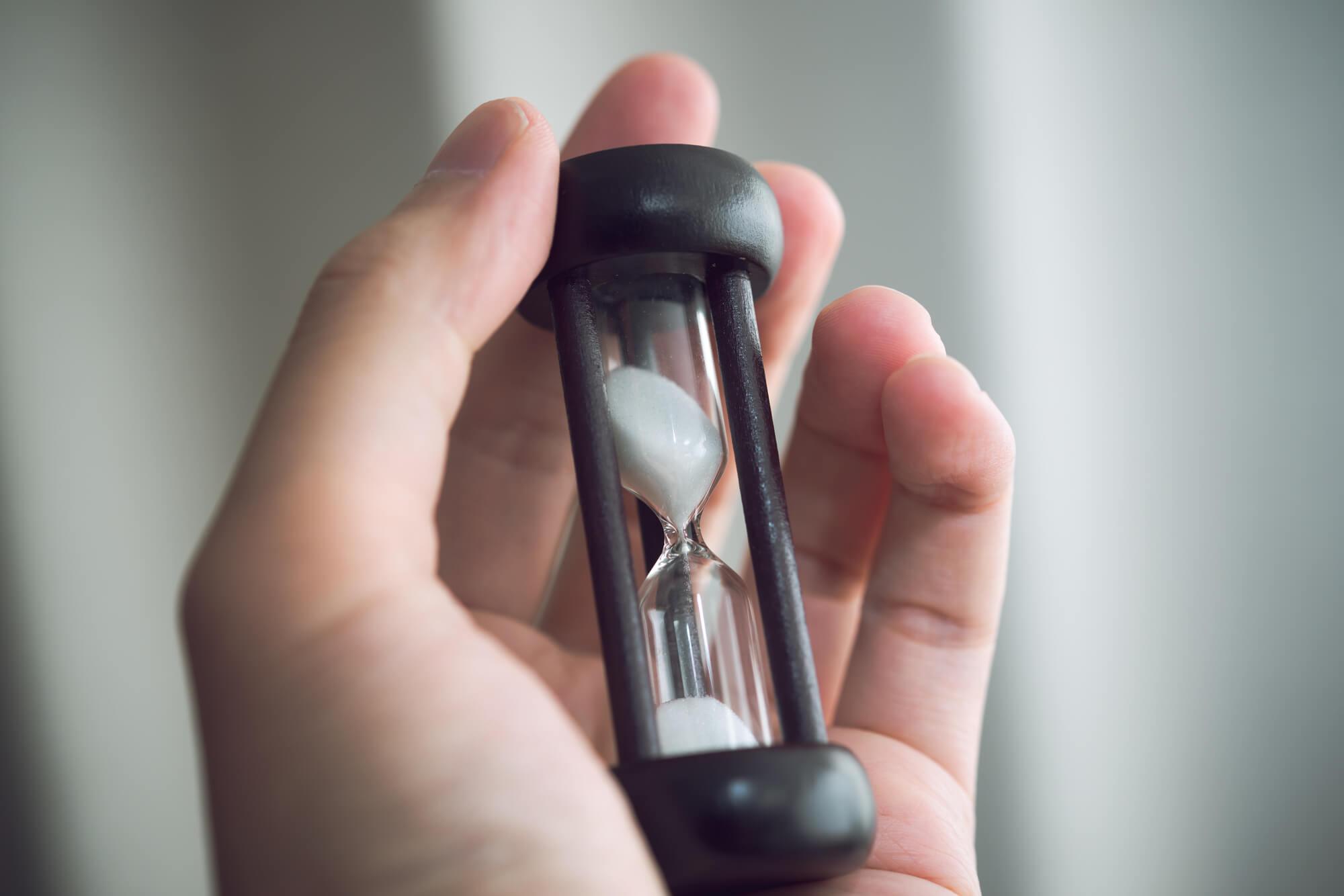 砂時計を持つ手