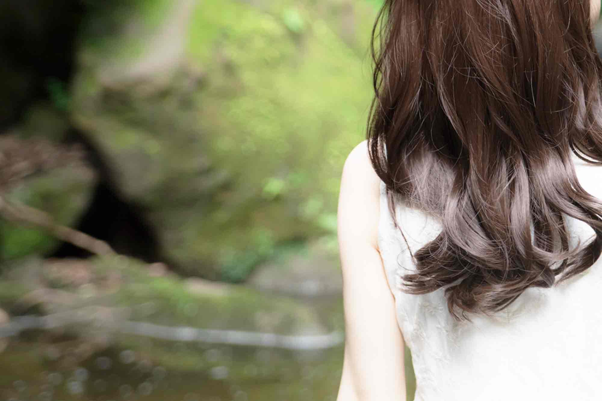 髪が綺麗な女性の後ろ姿