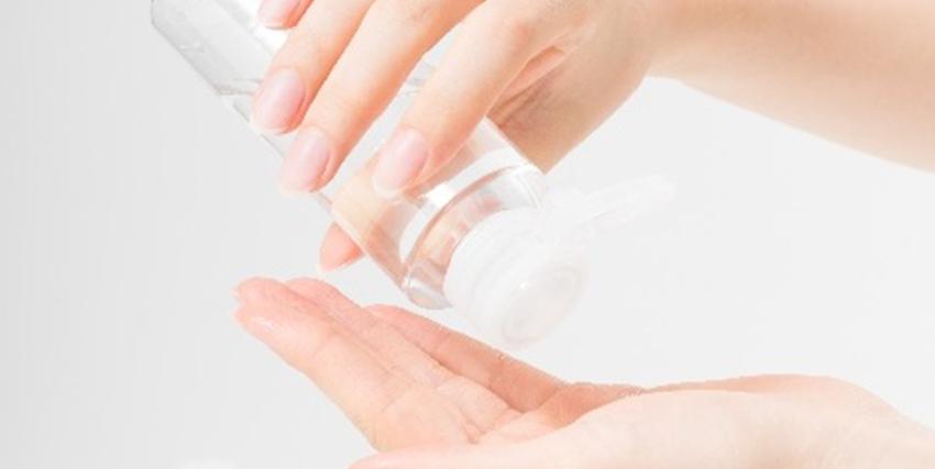 化粧水をつける手