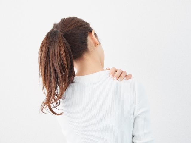 体をマッサージする女性