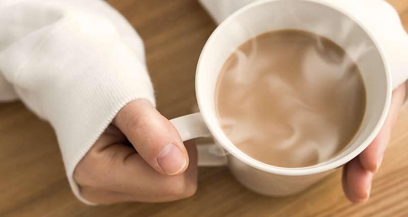 コーヒーを飲む手