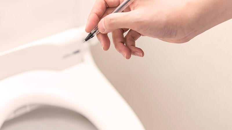 トイレをチェックする人