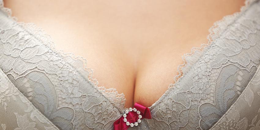 女性の胸元