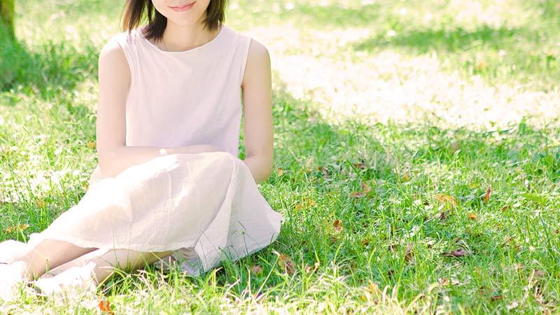 微笑む色白の女性