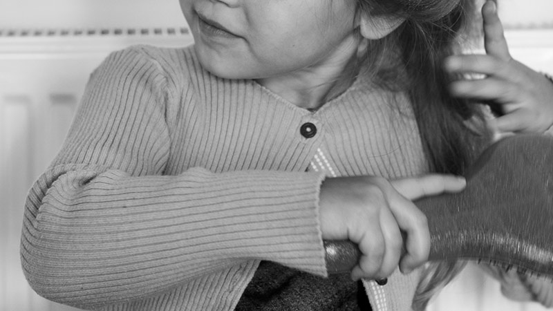 髪を触る女児