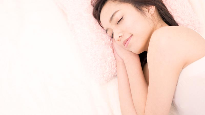 眠る女性の目元