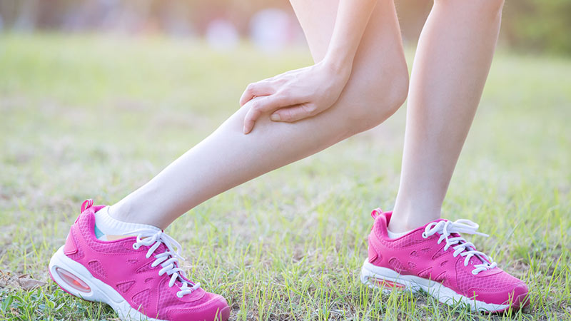 脚をもむ女性