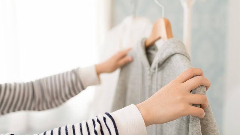 服をかける女性